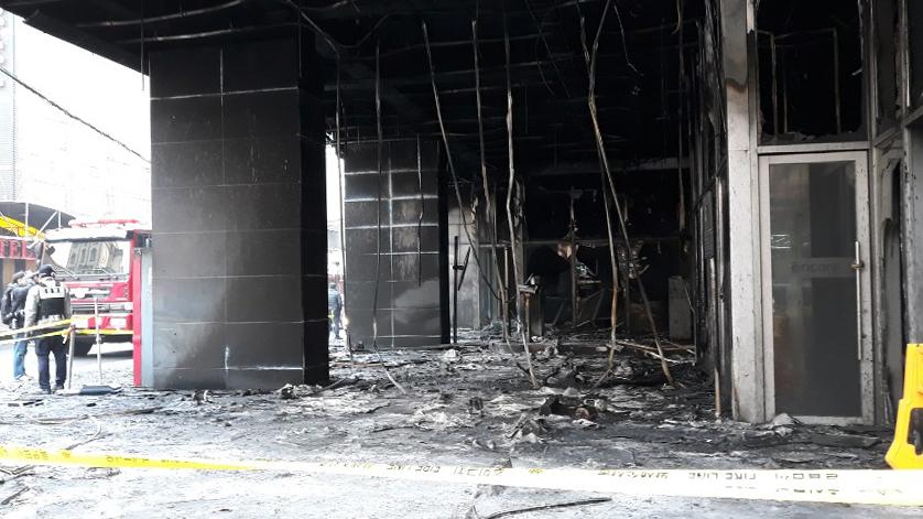 1명이 숨지고 19명이 다치는 화재가 발생한 충남 천안시 서북구 라마다 앙코르호텔 내부가 15일 새카맣게 타 있다. 경찰은 이날 합동 감식을 벌여 화재 원인 규명에 나선다. [연합뉴스]