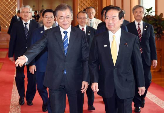 지난해 문재인 대통령이 청와대를 방문한 누카가 후쿠시로 일한 의원연맹 회장(오른쪽)등 대표단을 맞이하고 있다.[중앙포토]