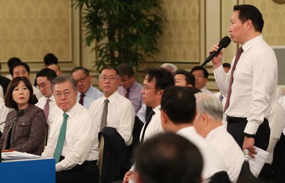 문재인 대통령이 15일 오후 청와대 영빈관에서 열린 '2019 기업인과의 대화'에서 최태원 SK 회장의 질문을 듣고 있다. [청와대사진기자단]