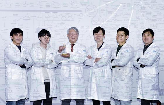 이상엽 KAIST 특훈교수가 14일 오후 대전 KAIST 연구실에서 '바이오 기반 화학물질 합성지도'를 배경으로 제자들과 함께 섰다. 프리랜서 김성태