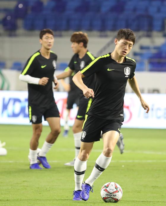 한국 축구 국가대표 이재성이 필리핀과 2019 AFC 아시안컵 UAE 조별 라운드 C조 1차전을 하루 앞둔 6일 오후(현지시간) 아랍에미리트 두바이 알 막툼 스타디움에서 몸을 풀고 있다. [연합뉴스]