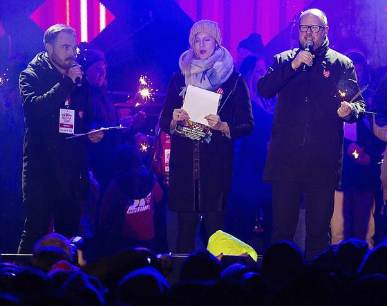 지난 13일(현지시간) 폴란드 바르샤바에서 열린 자선 행사에서 연설 중인 파벨 아다모비츠 그단스크 시장(오른쪽). 그는 이날 무대로 뛰어올라온 괴한의 흉기에 찔려 병원에 옮겨졌으나 이튿날 숨졌다. [AP=연합뉴스]