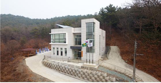 아일랜드리조트는 경기도 안산시 대부동에 노인복지시설을 세워 기부했다. [사진 아일랜드리조트]