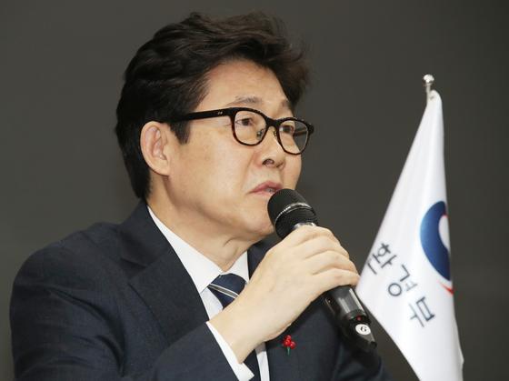 조명래 환경부장관이 15일 오후 서울 종로구 서울글로벌센터에서 열린 'WHO 아시아-태평양 환경보건센터 업무협약(MOU) 서명식'에서 발언하고 있다. [뉴시스]