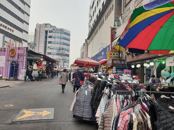 2015년 초미세먼지를 공식 측정한 이래 최고 농도를 기록한 14일 서울 남대문시장 거리가 소비자들의 발길이 끊겨 한산하다. [곽재민 기자]