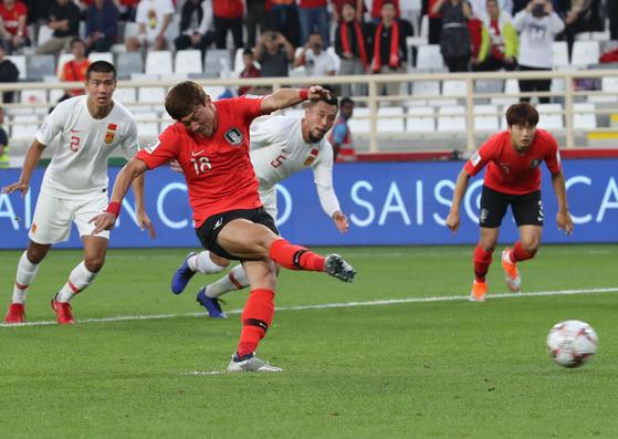 16일 오후(현지시간) 아랍에미리트 아부다비 알 나얀 스타디움에서 열린 2019 AFC 아시안컵 C조 조별리그 3차전 한국과 중국의 경기, 한국 황의조가 패널티킥을 넣고 있다. [뉴시스]