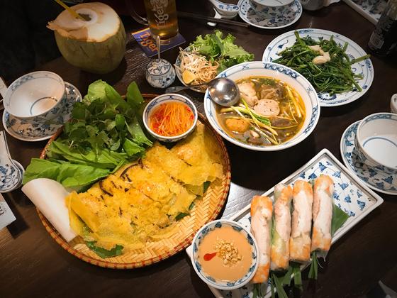 쌀국수, 반세오, 스프링롤, 채소볶음이 어우러진 후에 식당의 '박항서 세트'. 양보라 기자