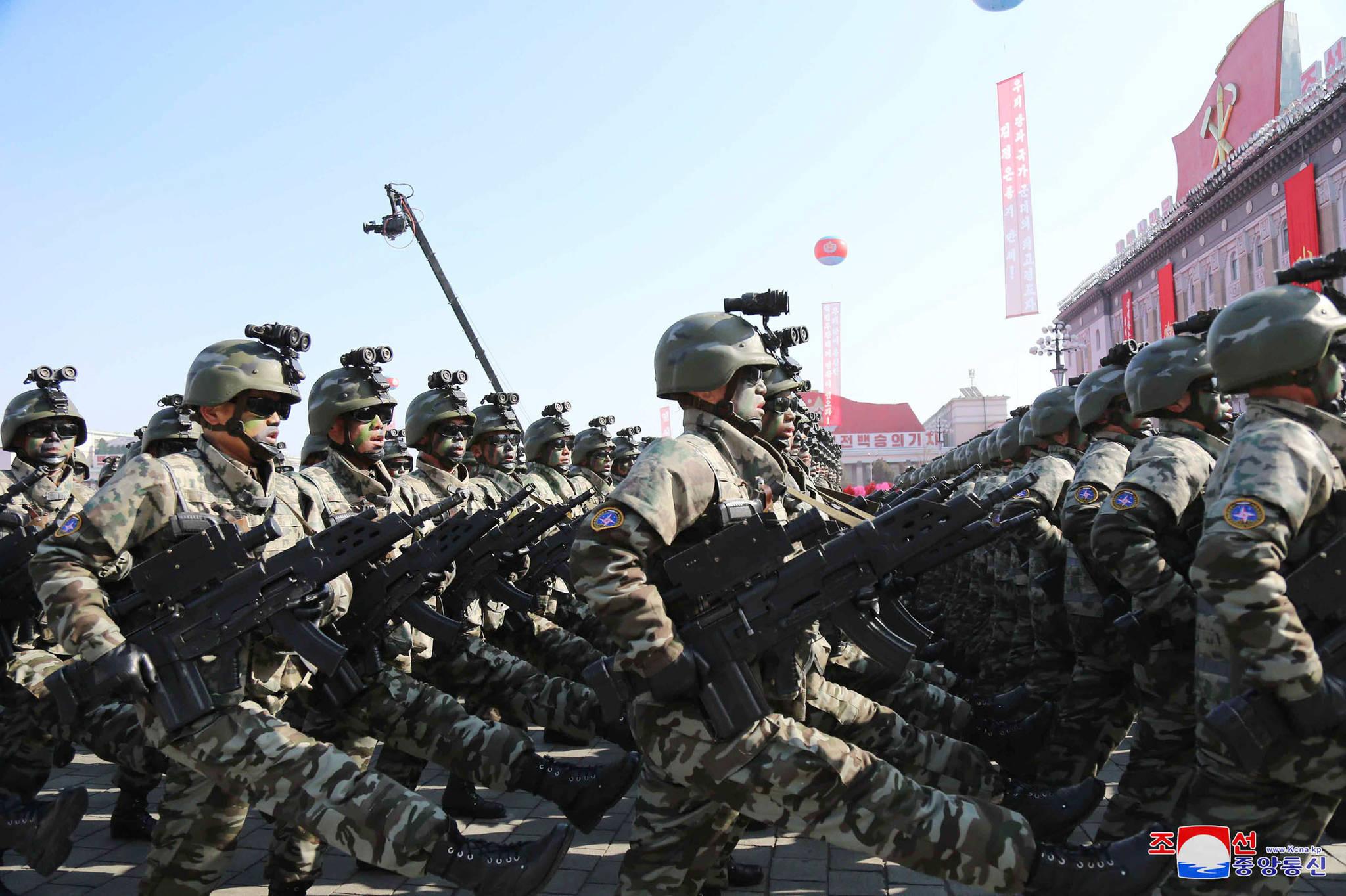 북한 김정은 북한군 열병식. [AP=연합뉴스]