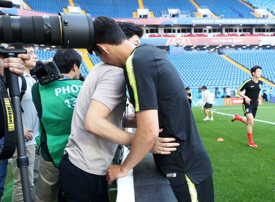 지난해 6월22일 러시아월드컵 멕시코전을 앞두고 포옹하는 박지성 해설위원과 손흥민. [뉴스1]