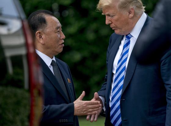 도널드 트럼프 미국 대통령과 김영철 북한 노동당 부위원장이 2018년 6월 1일 백악관에서 만나 대화하고 있다. [AP=연합뉴스]