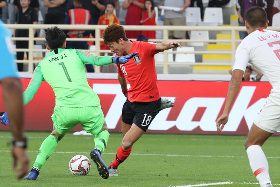 16일 오후(현지시간) 아랍에미리트 아부다비 알 나얀 스타디움에서 열린 한국과 중국의 아시안컵 조별리그 C조 3차전에서 황의조가 슛을 하고 있다. [연합뉴스]