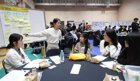 지난해 10월 서울 중구 흥인동 성동공업고등학교에서 열린 '편안한 교복' 공론화 학생토론회에서 참석자들이 열띤 토론을 벌이고 있다. [연합뉴스]