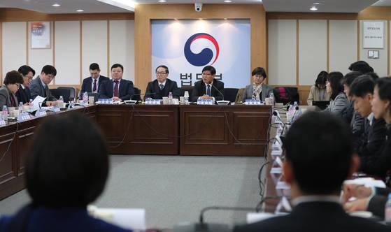 지난해 2월 열린 법무부 검찰 과거사위원회와 대검찰청 진상조사단의 첫 연석회의 모습. [연합뉴스]