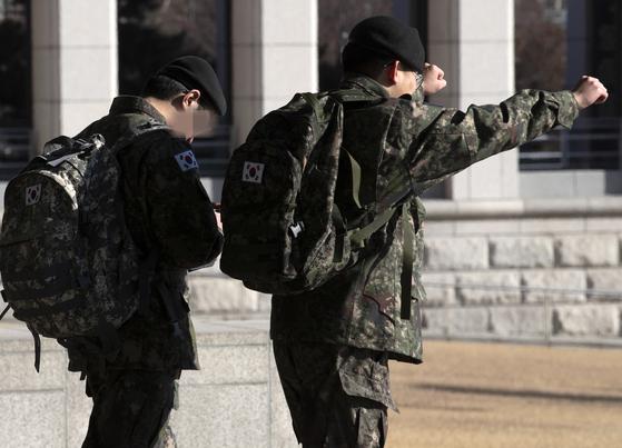 오는 4월부터 모든 병사들이 일과 후 개인 휴대전화를 사용할 수 있게 된다. [연합뉴스]