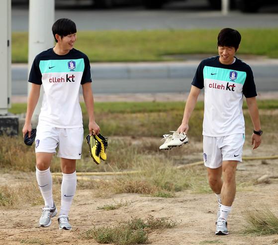 2011년 카타르 아시안컵을 앞두고 대표팀 훈련에 나오는 손흥민(왼쪽)과 박지성. [연합뉴스]