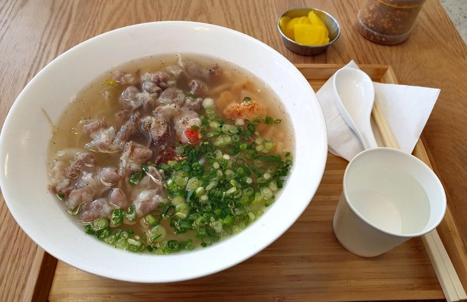 뚝섬편 쌀국수집의 우삼겹 누룽지 쌀국수. 사장 배명성(42)씨가 개발한 메뉴다. 이가영 기자
