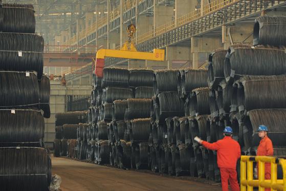중국 랴오닝성의 한 철선 공장. 제조업체가 밀집한 랴오닝성의 남성 속옷 매출량이 증가하면 중국 경기가 호전된다는 신호로 본다. 지난해 매출은 32% 늘어 전년의 42% 증가에 비해 낮았다. [로이터=연합뉴스]