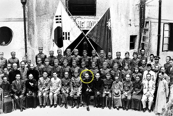 1940년 9월 17일 중국 충칭 자링빈관(호텔)에서 열린 대한민국 광복군 총사령부 창설 기념식을 마치고 임정 요인들과 광복군 간부들이 기념사진을 찍었다. 김구(앞줄 가운데 노란색 원) 주석 왼쪽에 지청천 광복군 총사령관이 앉았다. 광복군은 중국과 손잡고 대일 항전을 천명했다. [사진 청두총영사관]