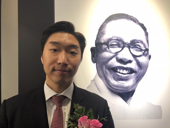 증손자 김용만씨가 중국 상하이 대한민국 임시정부 옛 청사에 걸린 김구 주석 사진 앞에 섰다.