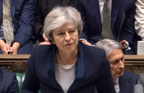 15일 영국 의회에서 브렉시트 합의안이 부결된 후 메이 총리가 씁쓸한 표정을 짓고 있다. [EPA=연합뉴스]