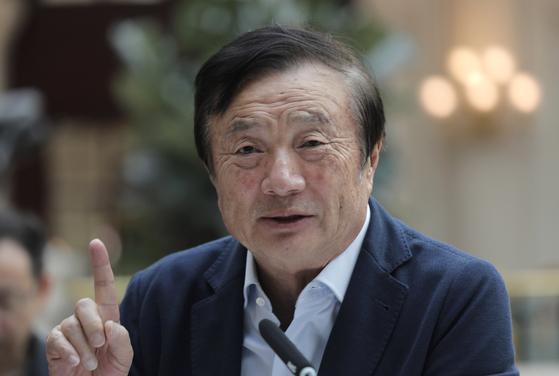 15일 중국 선전시 화웨이 본사에서 해외 언론 인터뷰에 응한 런정페이 화웨이 창업자 겸 회장. [AP=연합뉴스]