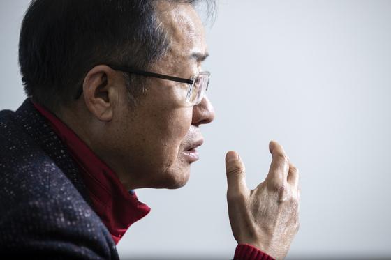 홍준표 전 자유한국당 대표가 1월 14일 서울 사직동 TV홍카콜라·프리덤코리아 사무실에서 진행된 월간중앙과의 인터뷰에서 2·27 전당대회를 비롯한 국·내외 정세에 대해 견해를 밝히고 있다. [김현동 기자]