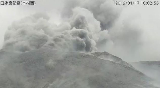 일본 규슈 가고시마현, 화산 폭발…연기 500m까지 치솟아