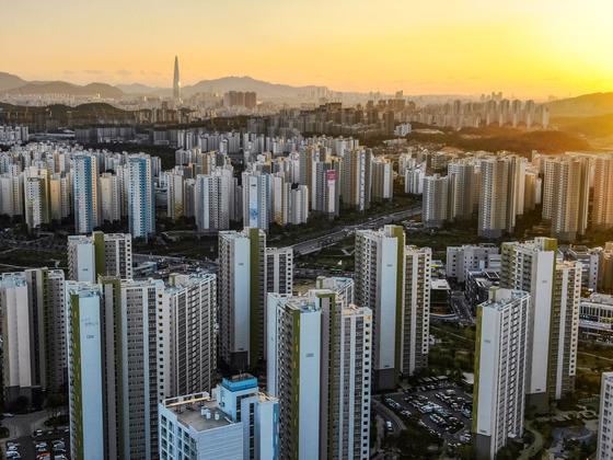 아파트촌으로 탈바꿈하고 있는 경기도 하남에서 미사지구 아파트 값은 분양가의 2배로 올랐다.
