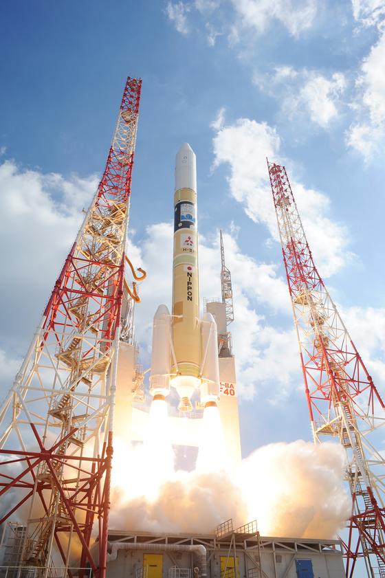 2018년 10월 29일 일본 큐슈(九州) 최남단 가고시마현 다네가시마 우주센터에서 일본 우주항공연구개발기구(JAXA)의 H-IIA 로켓이 불을 뿜고 있다. UAE가 사상 최초로 독자개발한 인공위성 칼리파샛(KhalifaSat)을 고도에 올리기 위한 것이다. 칼리파 샛은 국내 위성제작업체 쎄트렉 아이가 사실상 기술이전을 해 만들어진 것이다. [사진 JAXA]
