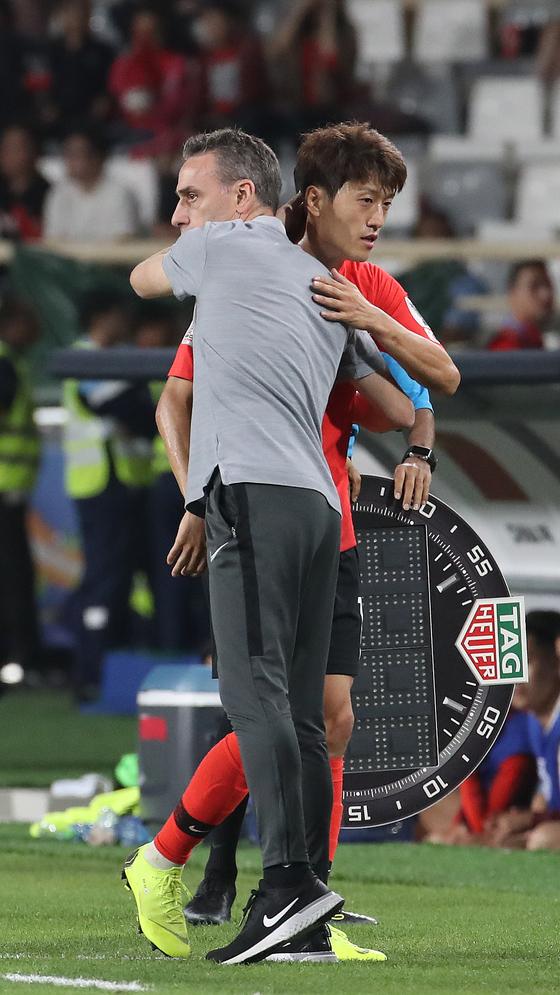 16일 아랍에미리트 아부다비 알 나얀 스타디움에서 열린 한국과 중국의 아시안컵 조별리그 C조 3차전에서 파울루 벤투 감독이 교체된 이청용을 안아주고 있다. [연합뉴스]