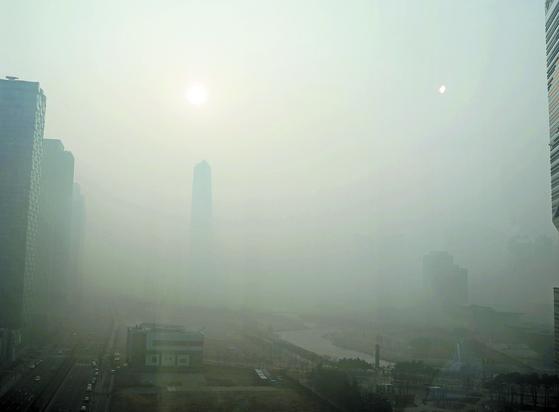 인천시 송도의 한 거리가 미세먼지로 인해 건물이 보이지 않는 모습. 요즈음 날씨를 3한4미라고 한다. 3일은 춥고 4일은 미세먼지로 고생해서 하는 말이다. [뉴스1]