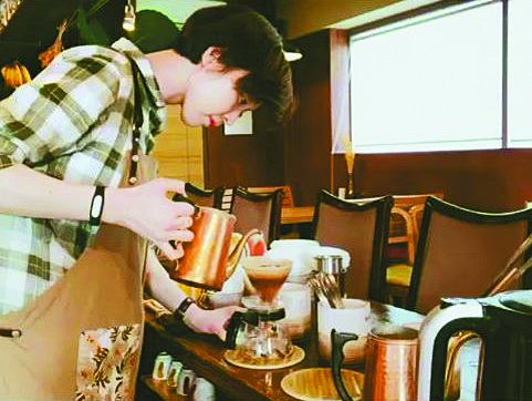서울 북촌의 커피숍에서 바리스타로 일할 때의 백목화. [백목화 인스타그램]