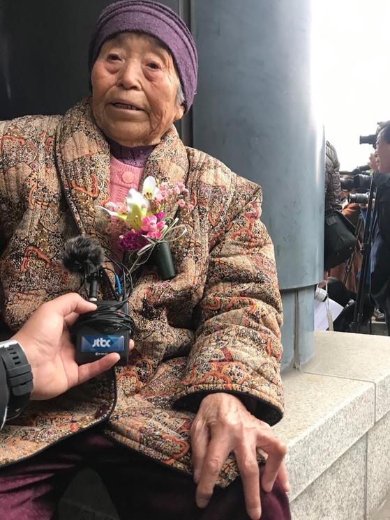 17일 제주지법에서 무죄 취지의 공소기각 판결 후 한신화 할머니. 할머니의 손가락이 당시 당한 고문 때문에 기역자로 꺾여 있다. 최충일 기자