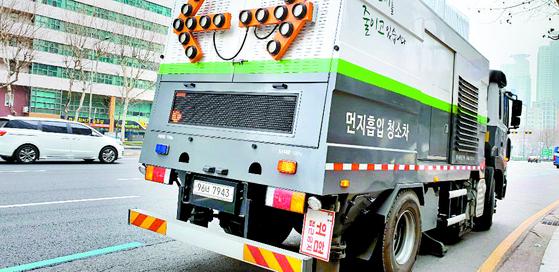 서울 강남구 청담대로에서 먼지흡입 차량이 저속 으로 운행 중이다. 시속 8~15㎞로 운행해 끼어들기가 잦다. [이상재 기자]