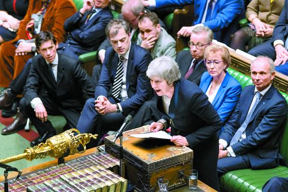 15일(현지시간) 브렉시트 합의안이 찬성 202표, 반대 432표로 부결된 후 테리사 메이 영국 총리가 런던 하원에서 연설하고 있다. [AP=연합뉴스]