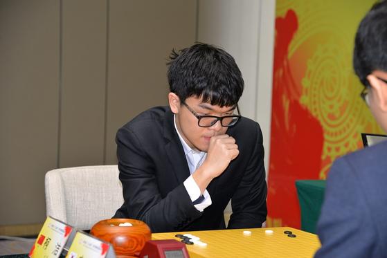 바이링배에서 일곱 번째 세계대회 우승을 달성한 커제 9단 [사진 시나닷컴]