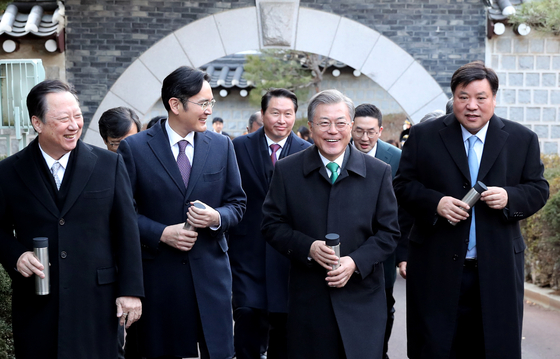 문재인 대통령(오른쪽 두 번째)이 15일 오후 청와대 영빈관에서 '2019년 기업인과의 대화'를 마친 뒤 참석 기업인들과 본관 앞을 산책하며 이야기를 나누고 있다. [청와대사진기자단]
