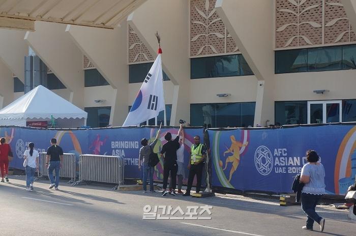 [최용재 in UAE]한국 응원단에 물 뿌린 '몰지각한' 중국팬