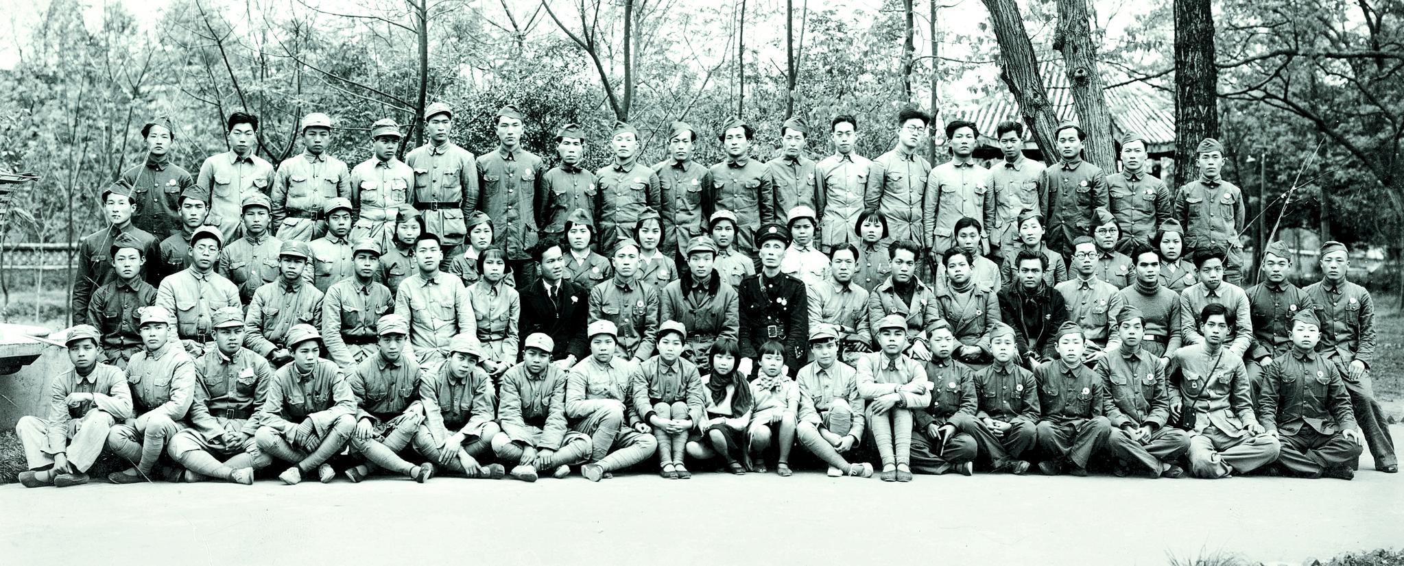 임시정부가 중·일 전쟁 기간에 중국 광시좡족자치구 류저우에서 결성한 '한국광복 진선(陣線) 청년공작대' 소속 대원들이 1939년 4월 4일 충칭으로 떠나면서 사진을 남겼다. 앳된 얼굴의 남녀 대원들은 중국인들을 대상으로 항일 선전 활동을 전개했다. [사진 독립기념관]