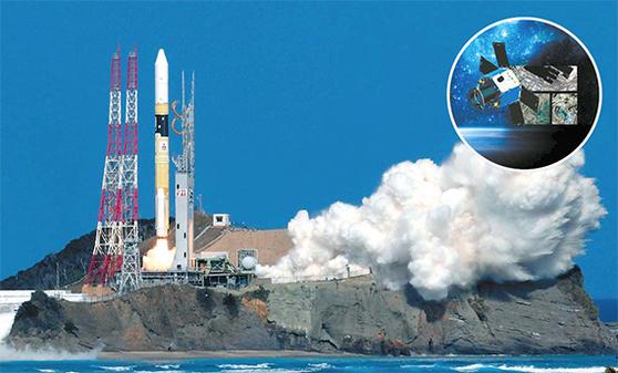 지난해 10월 29일 일본 최남단 가고시마현의 다네가시마 우주센터에서 일본우주항공연구개발기구(JAXA)의 H-2A로켓이 우주로 발사되고 있다. 로켓에는 한국 대전지역의 중소기업 쎄트렉아이의 기술 지원으로 만든 아랍에미리트연합(UAE)의 지구 관측 인공위성 칼리파샛(원 안)이 실려있다. [AP=연합뉴스]