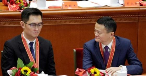 개혁개방 40주년 경축 기념식에 모습을 드러낸 대표적인 민영기업 사업가 마화텅(왼쪽)과 마윈 [출처 CCTV 캡처]