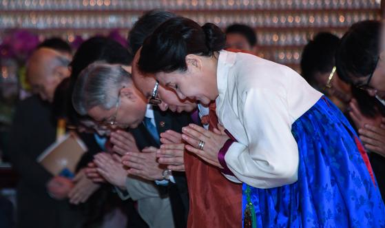 18일 오후 김정숙 여사가 조계사에서 열린 한국불교지도자 신년하례법회에 참석해 참석자들과 합장을 하고 있다. [청와대사진기자단]