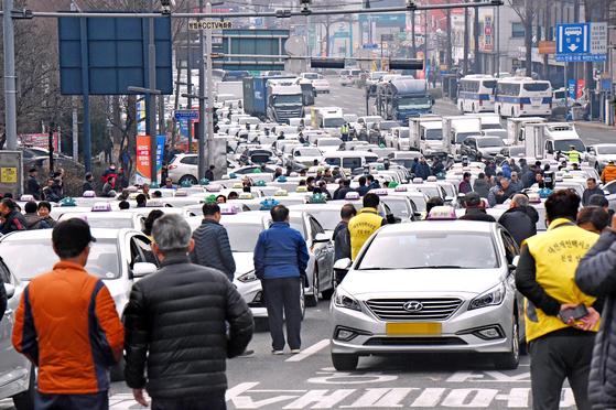 【대전=뉴시스】함형서 기자 = 카카오 카풀에 반대하는 대전 택시업계가 지난달 서울에서 열리는 집회에 참석하기 위해 올라가는 과정에서 대전 IC 인근 차로를 막고 있어 극심한 교통정체가 일어나고 있다. 2018.12.20 foodwork23@newsis.com