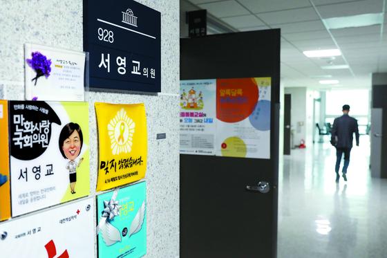 지인 아들의 재판에 부적절한 청탁을 했다는 의혹을 받는 서영교 더불어민주당 의원의 서울 여의도 국회 의원회관 사무실과 복도의 모습. 서 의원은 17일 사무실에 출근하지 않은 것으로 알려졌다. [뉴스1]