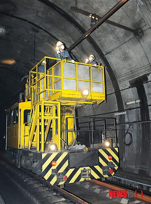 지하철 운영이 끝난 뒤 특수차량을 이용해 전차선을 점검하고 있다. [뉴시스]