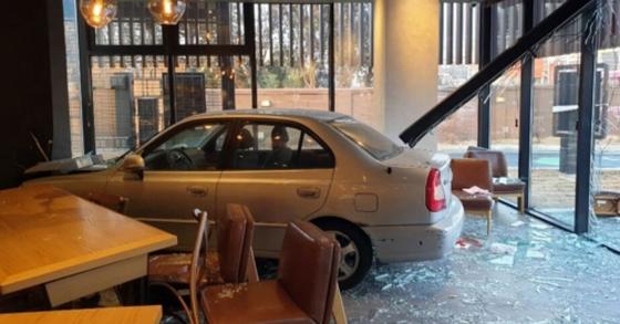 18일 오후 경기도 용인의 한 카페에서 차량 운전자가 매장으로 돌진하는 사고가 발생했다. [사진 경기도소방재난본부 제공]
