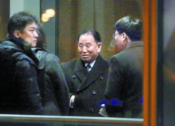 북·미 고위급회담을 위해 미국 워싱턴을 방문하는 김영철 북한 노동당 부위원장 겸 통일전선부장이 17일 중국 베이징 서우두공항에서 유나이티드 항공(UA808)을 탑승하기 전 보안검사를 받고 있다. [연합뉴스]