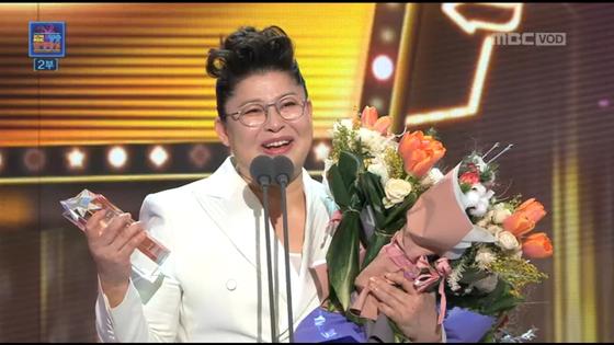 MBC 연예대상에서 대상을 수상한 이영자. 이영자 씨는 30대 잠시 했던 잘못된 생각으로 큰일을 겪고 난 후 '완전히 새로운 내가 될 거야'라는 생각을 하게 되었다고 했다. [사진 MBC]