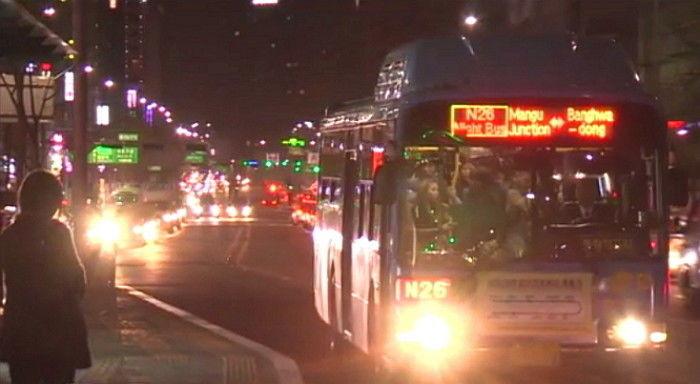 서울교통공사는 열차 운행이 끝난 심야시간에 지하철노선을 그대로 따라 운행하는 심야버스 도입을 검토하고 있다. 사진은 올빼미 버스. [중앙포토]