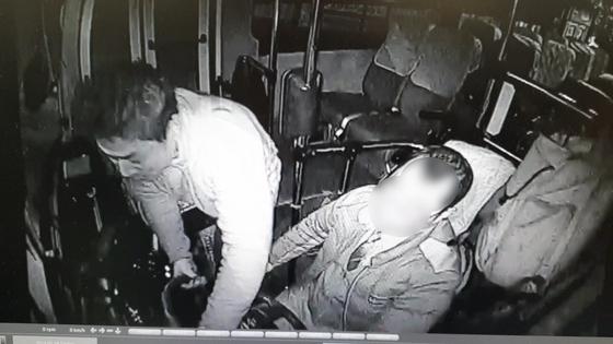 18일 새벽 프로야구 선수 출신 박정태가 기사와 시비 끝에 시내버스에 올라타 핸들을 좌우로 마구 흔들고 있다. [부산경찰청 제공]